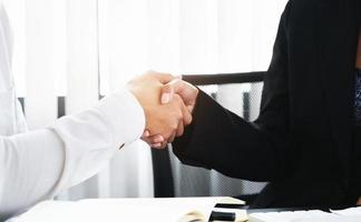 unga affärsmän samarbetar med partners för att öka sitt affärsinvesteringsnätverk för planer på att förbättra kvaliteten nästa månad på sitt kontor. avtalskoncept .. foto