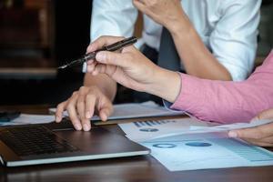 ekonomiska forskningsdiskussioner, affärsteam analyserar inkomstdiagram och grafer för att planera marknadsföringskoncept med användning av bärbar dator och penna för analys. foto