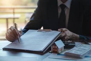 fastighetsmäklare ger penna- och dokumentavtal med kunden för att underteckna kontrakt. konceptavtal foto