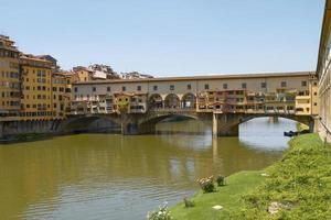 turister njuter av semester på Ponte Vecchio i Florens Italien foto