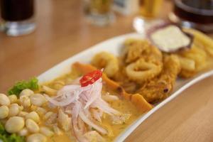 typisk och traditionell peruansk maträtt skaldjur ceviche foto