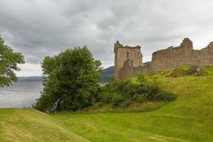 urquhart slott vid stranden av loch ness skotland foto