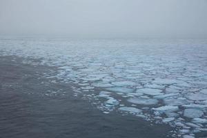 iskappen och kanten på det frysta landet runt nordpolen foto