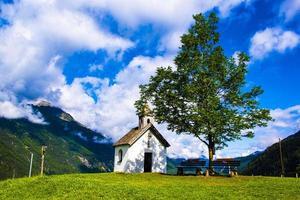 liten alpin kyrka foto
