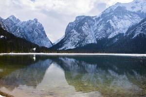 sjön dobbiaco på vintern, trentino alto adige, italien foto