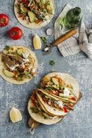 kreativ sammansättning av god mat foto