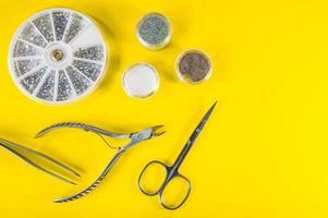 en uppsättning kosmetiska verktyg för manikyr och pedikyr foto