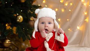 jul barn tittar på kameran och håller en krans med hjärtan foto