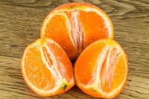 orange mandariner mandarinskal eller mandarinskiva isolerad på vit bakgrund foto