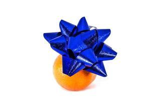 orange mandariner med julgranskulor isolerad på vit bakgrund foto