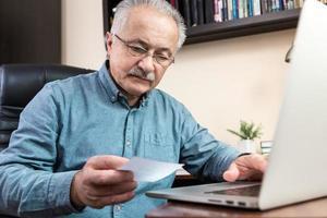 äldre man lär sig att använda datorn foto