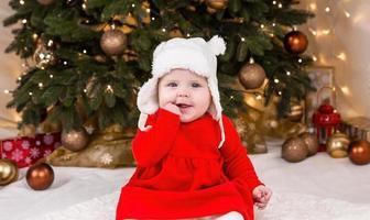 jul bebis tittar på kameran foto