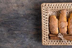 croissanter ligger i en flätad korg med kanel foto