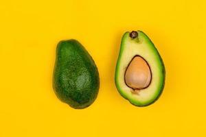 skär färsk mogen avokado på gul bakgrund foto
