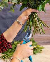 blomsterhandlare kvinna gör blombukett i affären foto