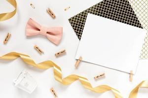 vacker gratulationskortidé med område för din text med gyllene band foto