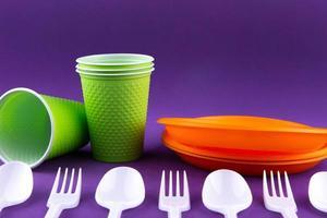 plast orange grönt avfallssamling på lila bakgrund foto