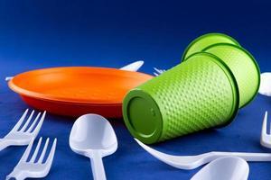 plast orange och grönt avfall insamling på lila bakgrund foto
