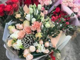 vacker bröllopsbrudbukett i rustik stil med rosor och prydnadsväxter foto