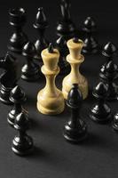 svartvita schackpjäser på svart bakgrund foto