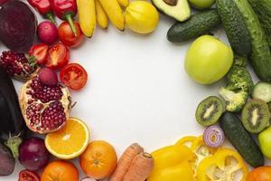 platt låg grönsaker och frukt arrangemang foto