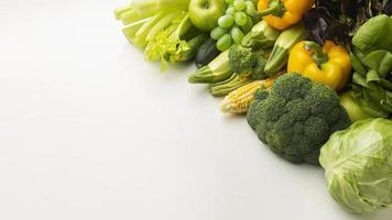 hög vinkel grönsaker och frukt sortiment foto