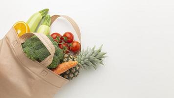 ovanifrån grönsaker och frukter i påsen foto