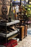 arrangemang av gamla föremål på en antikvitetsmarknad foto