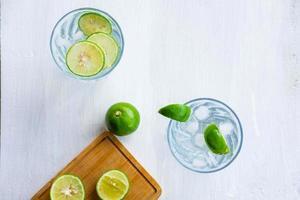 ett glas läskcitron och lime på bordet foto
