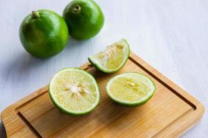 färsk citron skivad foto
