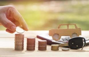 hög med mynt och nyckelbegrepp i försäkringsfinansiering och köp av bilbakgrund foto