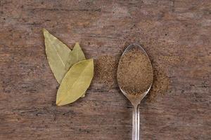 ljusa kryddor över träbakgrund foto