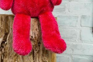 närbild ensam röd nallebjörn foto