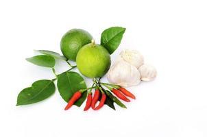 grön citron och blad med chili och vitlök och på vit bakgrund foto