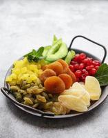 metallbricka med olika typer av torkad frukt foto