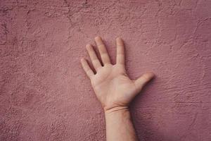 handen gester på väggen foto