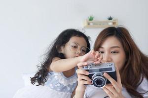 mor och dotter tittar på vackra bilder från kameran foto