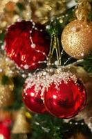 julgran med röda och gyllene ornament festlig vinterhelgbakgrund foto
