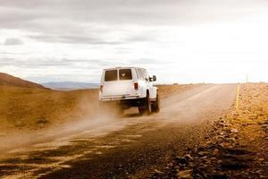 terrängfordon går på ökenvägen på Island foto