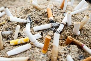 cigaretter på askfat foto