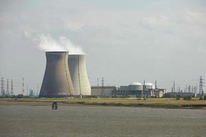 rök som stiger från industriell skorsten i energisk fabrik foto