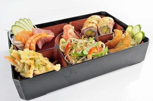uppsättning japansk mat sushi och tempura foto