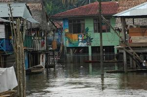 slummen i byn Belen i Iquitos foto