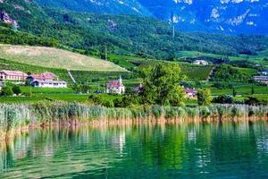morgon vid sjön Caldaro i Bolzano, Italien foto