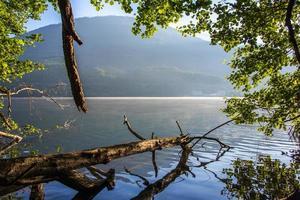 sjön levico med bergen i bakgrunden i Trento, Italien foto