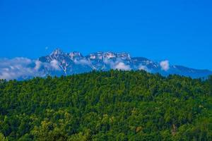 Alperna vid sjön Levico i Trento, Italien foto