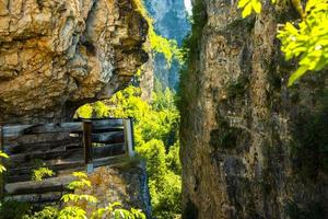 väg huggen in i berget foto