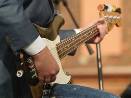 musiker hand spelar basgitarr foto