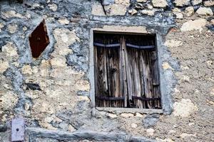 vintage fönster på stenväggen foto