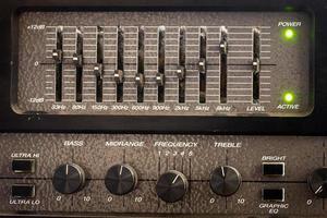 gamla svarta kontroller av en ljudutjämnare från en gitarrförstärkare foto